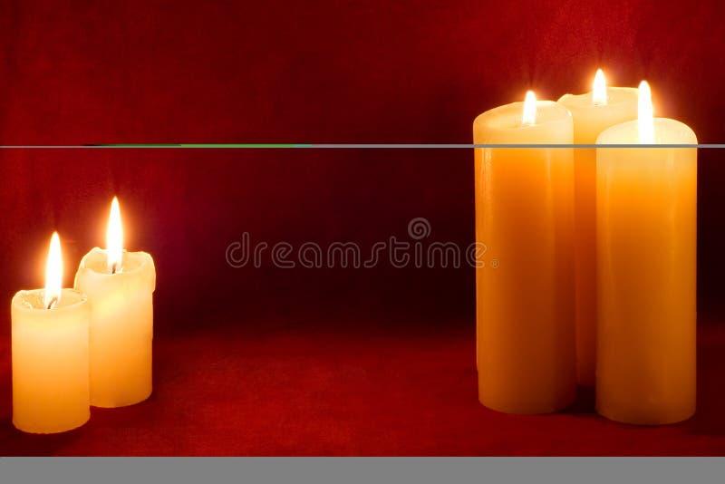 Cinq bougies sur le carmin images stock