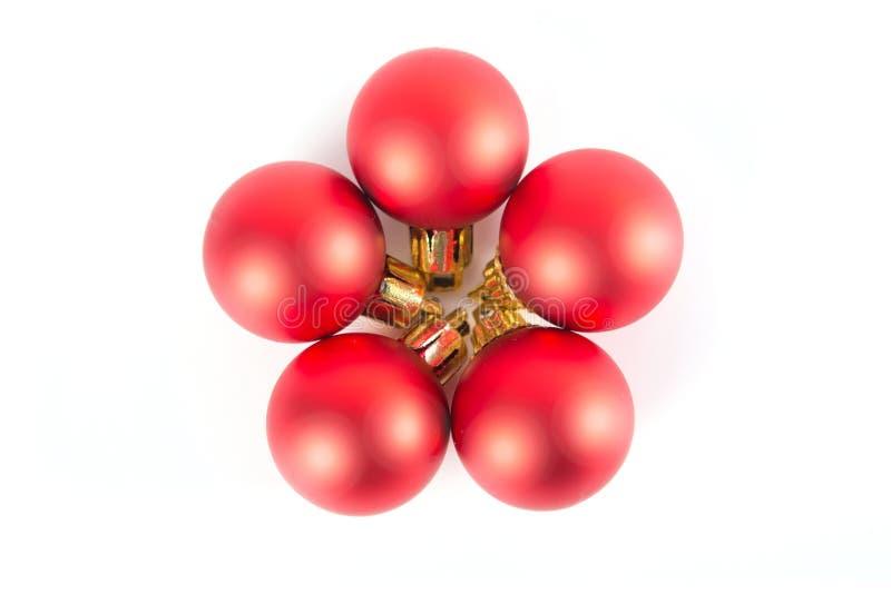 Cinq boules rouges de décoration de Noël sur un fond blanc photographie stock