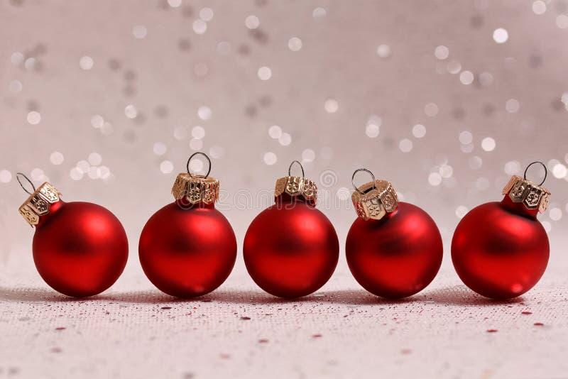Cinq boules rouges de Noël image libre de droits