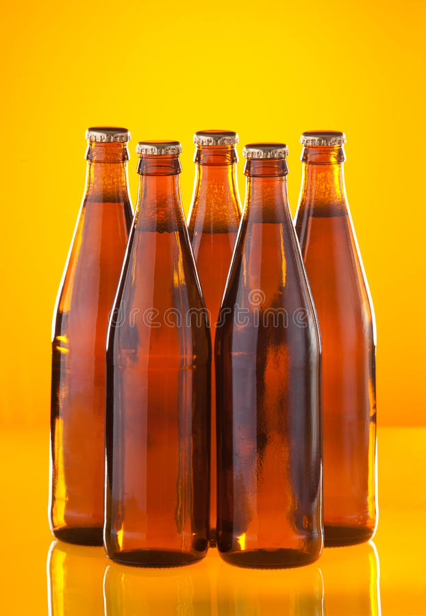 Cinq bouteilles avec de la bière image stock