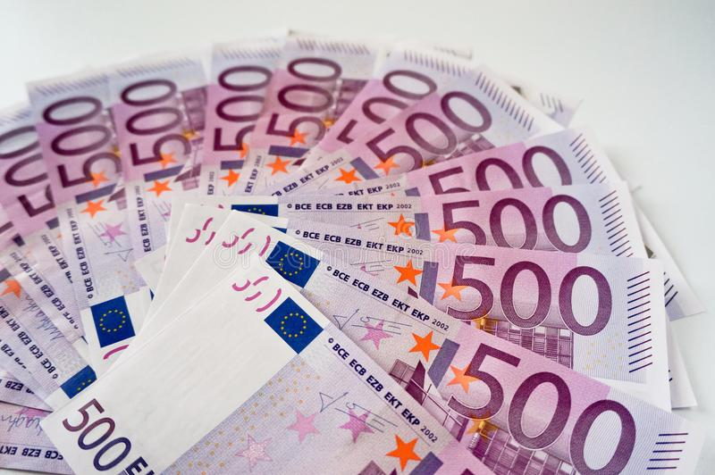 Cinq cents billets de banque d'euros dans la fan images libres de droits
