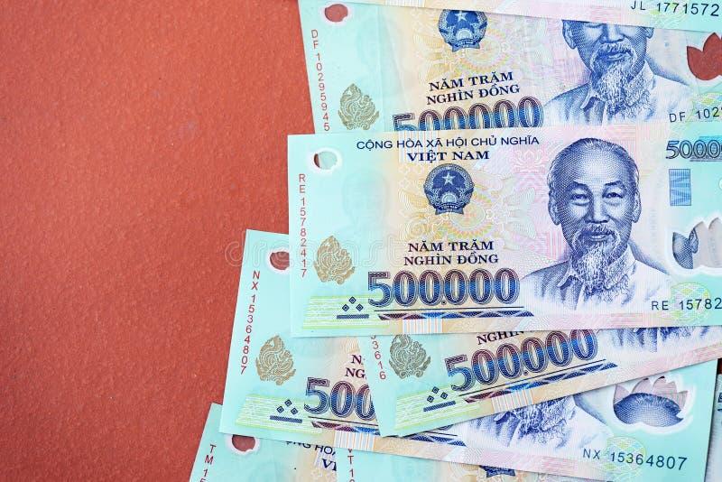 Cinq cents mille billets de banque de coup sur un fond brun Argent vietnamien photos stock