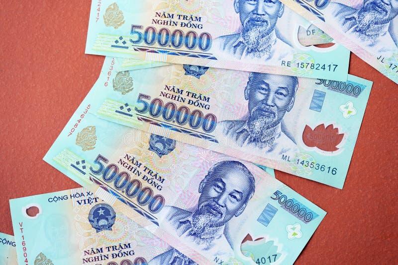 Cinq cents mille billets de banque de coup sur un fond brun Argent vietnamien photographie stock libre de droits