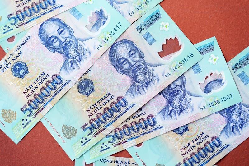 Cinq cents mille billets de banque de coup sur un fond brun Argent vietnamien images libres de droits