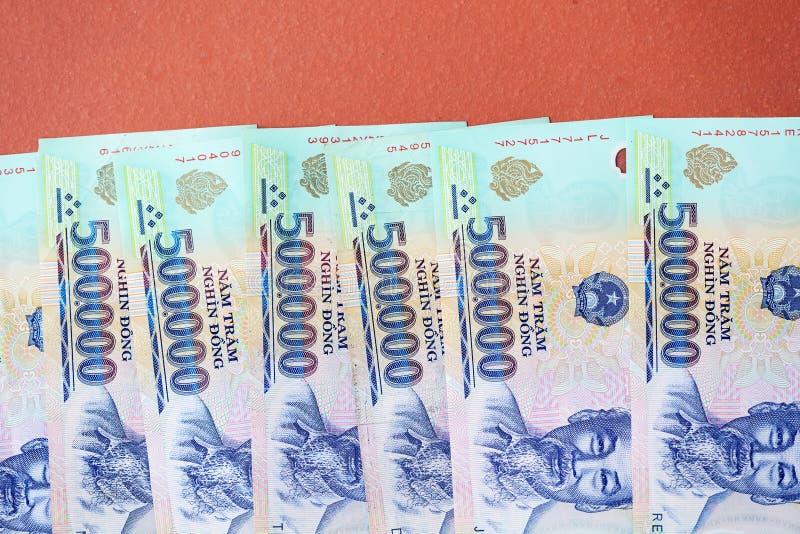 Cinq cents mille billets de banque de coup sur un fond brun Argent vietnamien photo stock