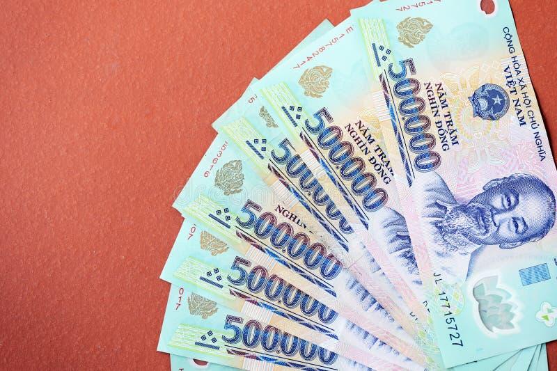 Cinq cents mille billets de banque de coup sur un fond brun Argent vietnamien photographie stock