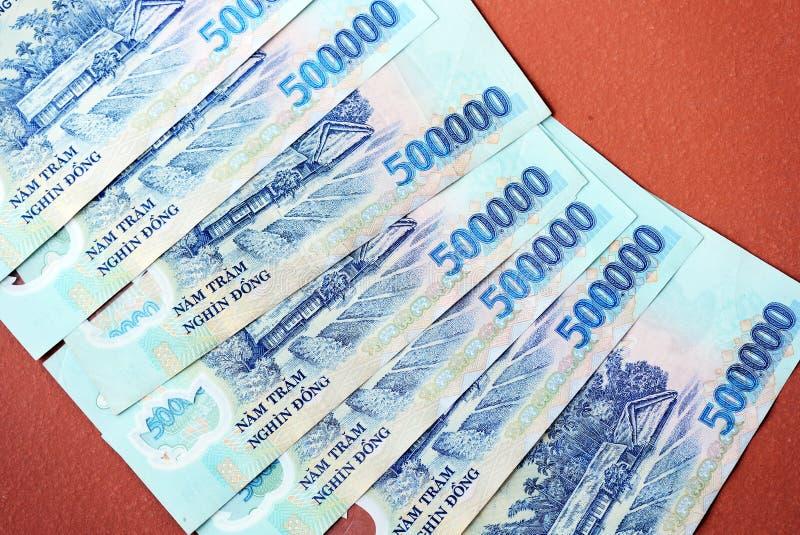 Cinq cents mille billets de banque de coup sur un fond brun Argent vietnamien images stock