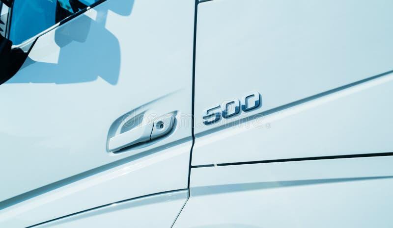 Cinq cents 500 passent au bichromate de potasse se connectent le nouveau camion blanc photographie stock