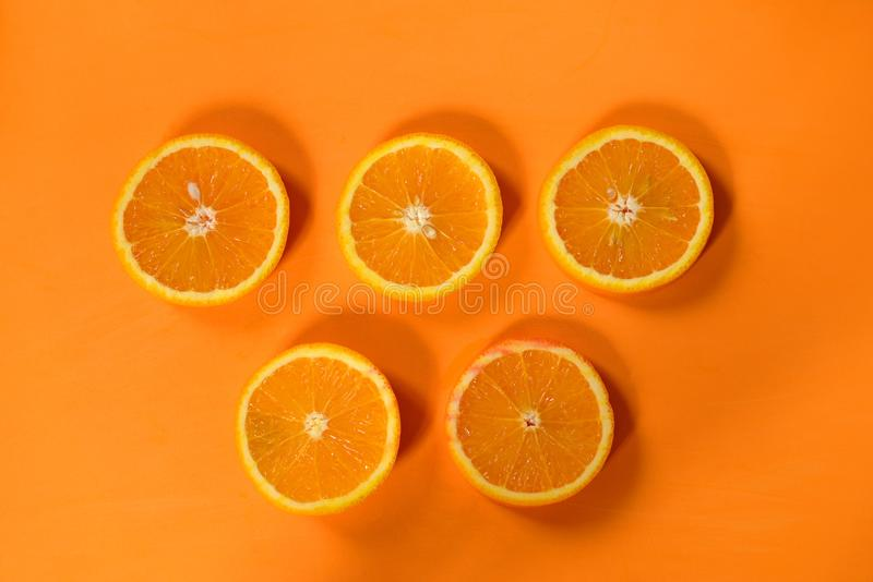 Cinq cercles d'orange sur un fond orange photos stock