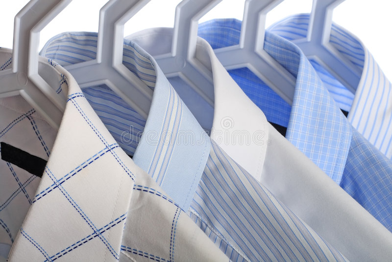 Cinq chemises blanc-et-bleues images libres de droits