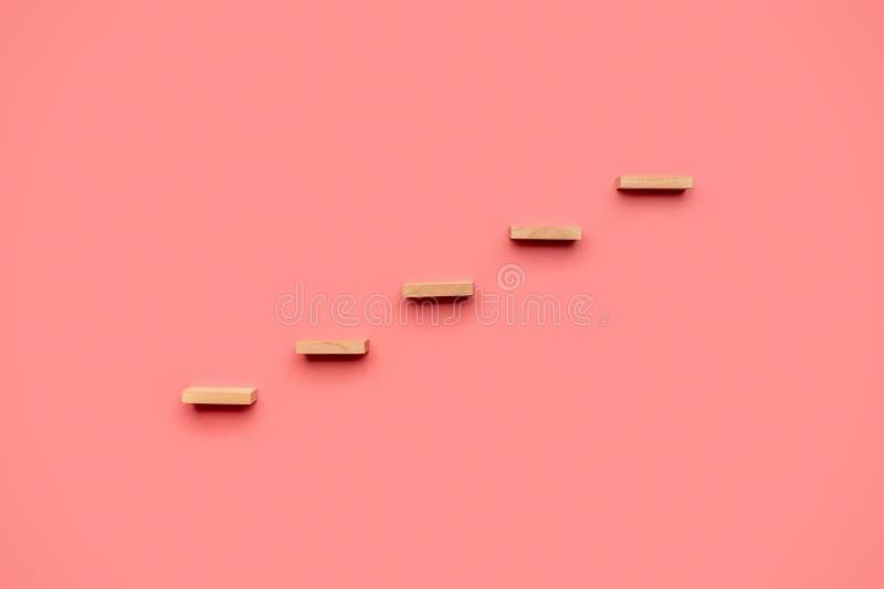Cinq chevilles en bois forment un escalier photographie stock libre de droits