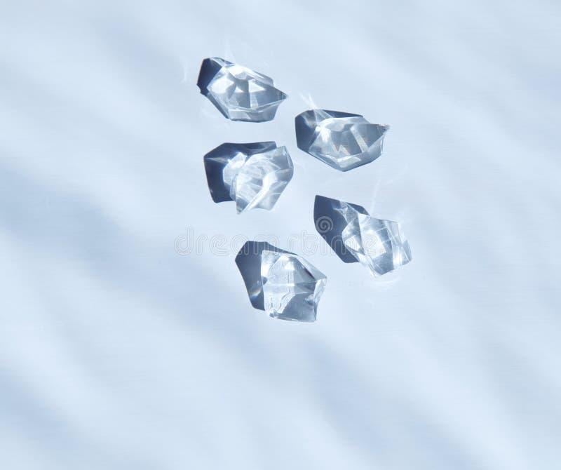 Cinq cristaux blancs sous l'eau image stock