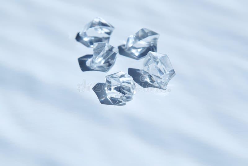 Cinq cristaux blancs sous l'eau photos libres de droits