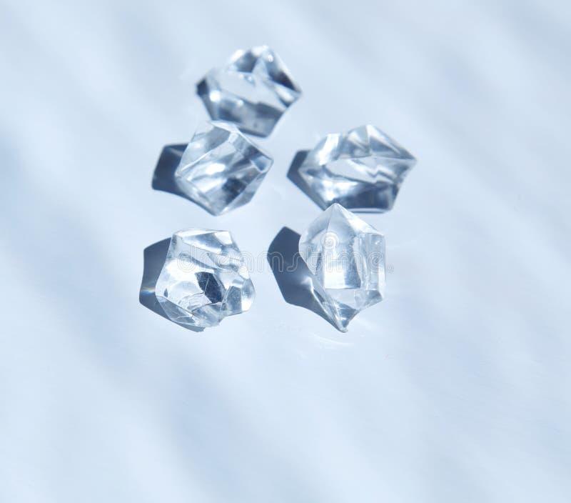Cinq cristaux blancs sous l'eau images stock