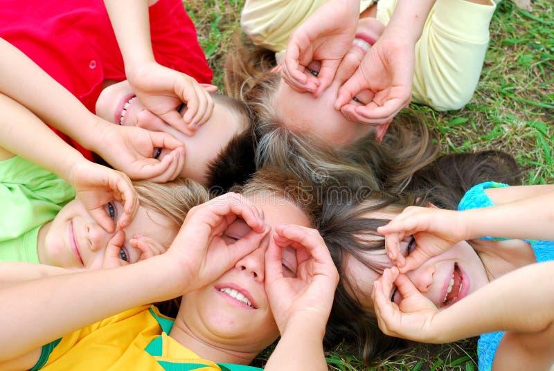 Cinq enfants ayant l'amusement photo stock
