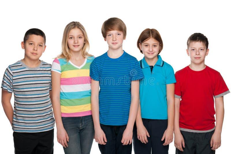 Cinq enfants heureux image stock