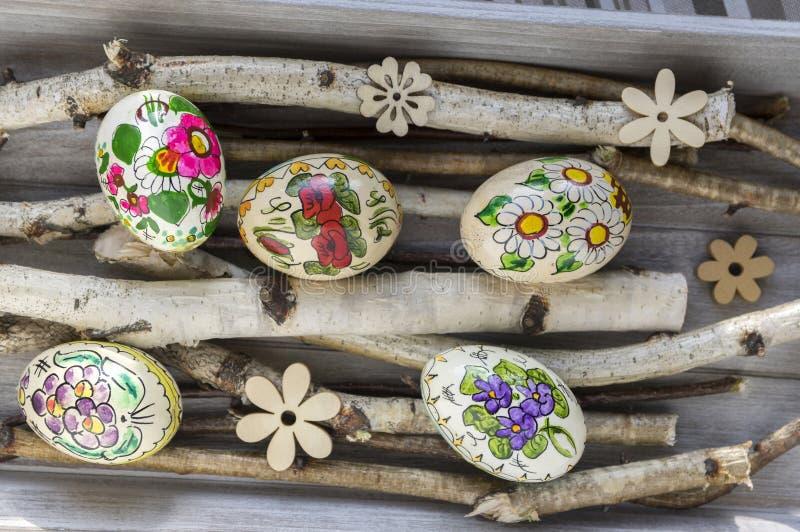 Cinq faits maison et oeufs de pâques faits main avec des photos de fleur sur le bouleau s'embranche, les ornements tchèques, peti photo libre de droits