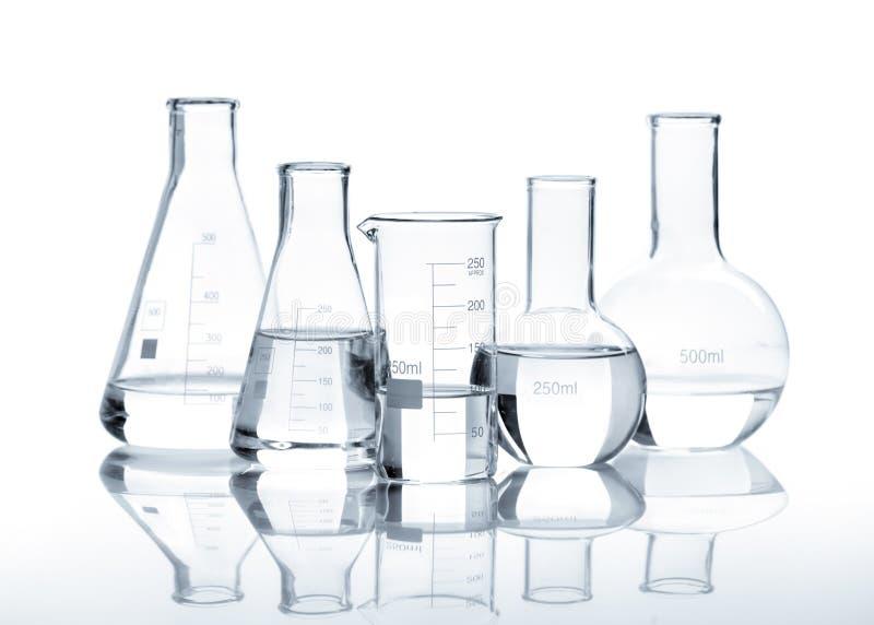 Cinq flacons en verre avec un liquide clair photos stock