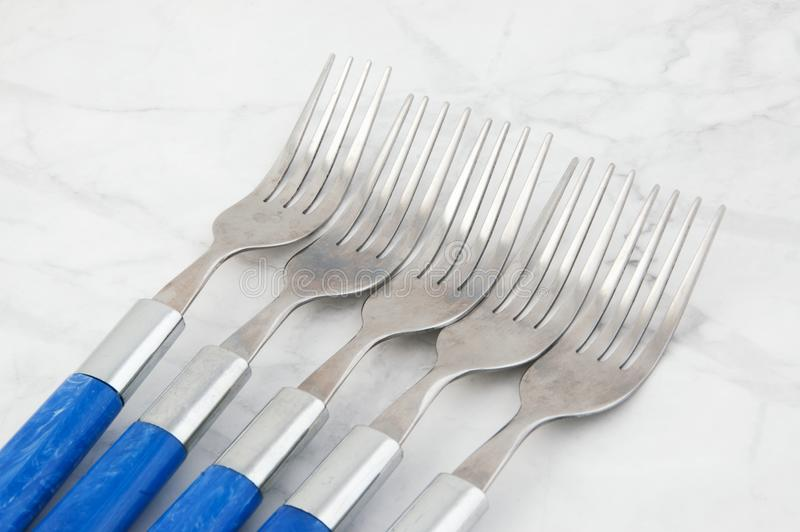 Cinq fourchettes sur le fond gris blanc image stock