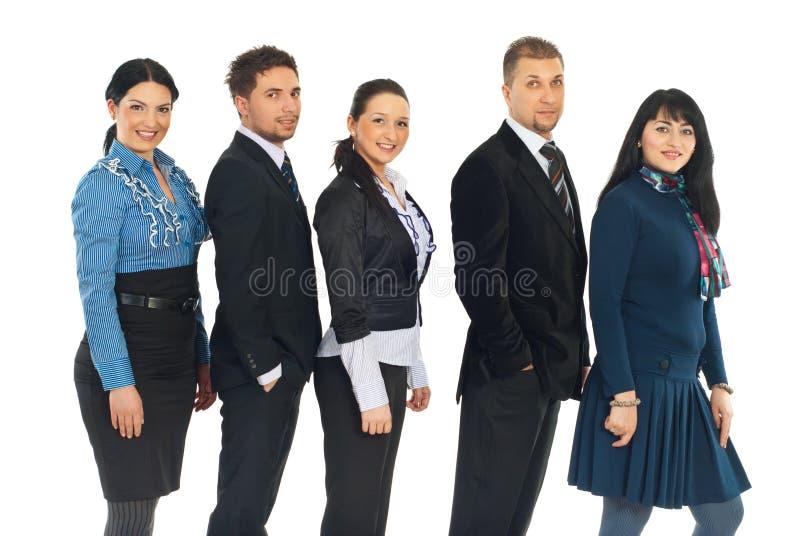 Cinq gens d'affaires heureux dans une ligne photographie stock
