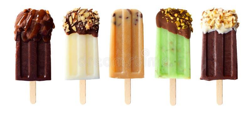 Cinq glaces à l'eau orientées de chocolat d'isolement sur le blanc photographie stock libre de droits