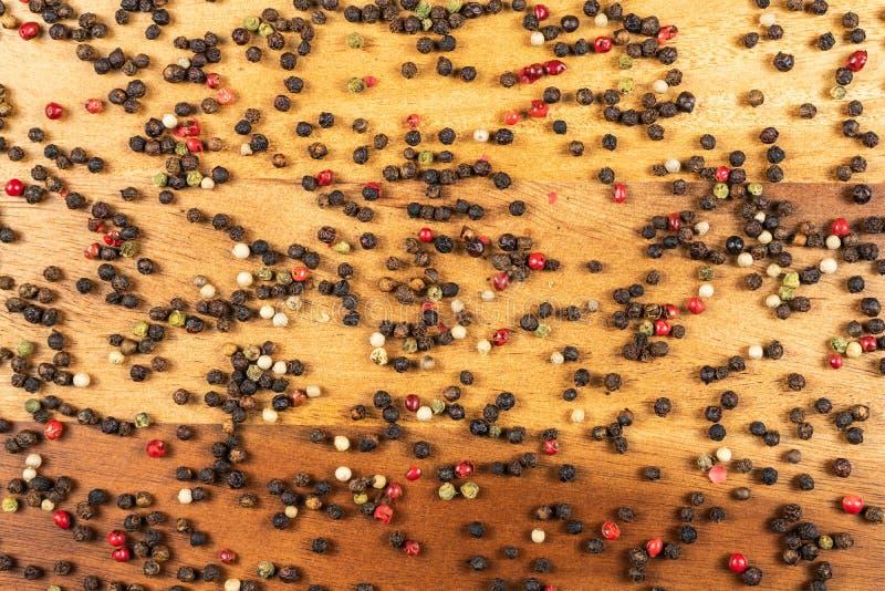 Cinq grains de poivre entiers de préparation de poivre Grains de poivre rouges verts blancs noirs image libre de droits