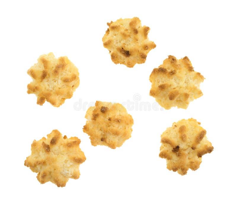 Cinq macarons de noix de coco gratuits de sucre sur un fond blanc images stock
