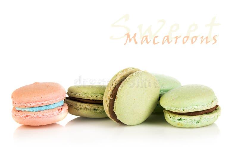 Cinq macarons français colorés photographie stock libre de droits