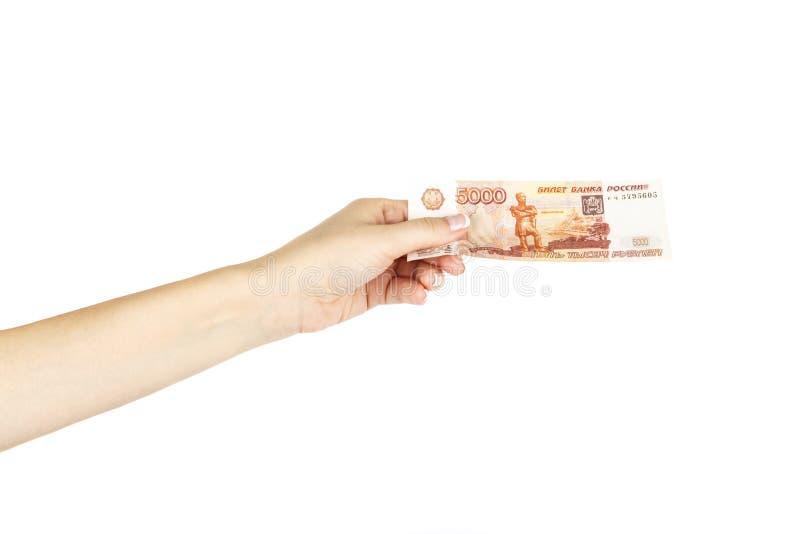 Cinq mille roubles dans une main femelle sur un fond blanc images libres de droits