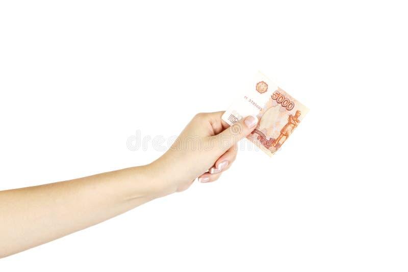 Cinq mille roubles dans une main femelle sur un fond blanc images stock