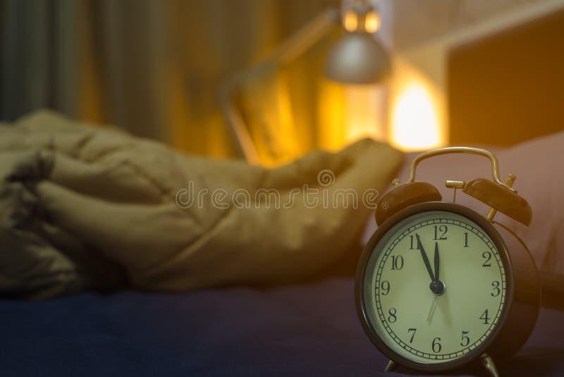 Cinq minutes avant minuit Plan rapproché de rétro style de cru d'horloge de noir d'alarme image stock