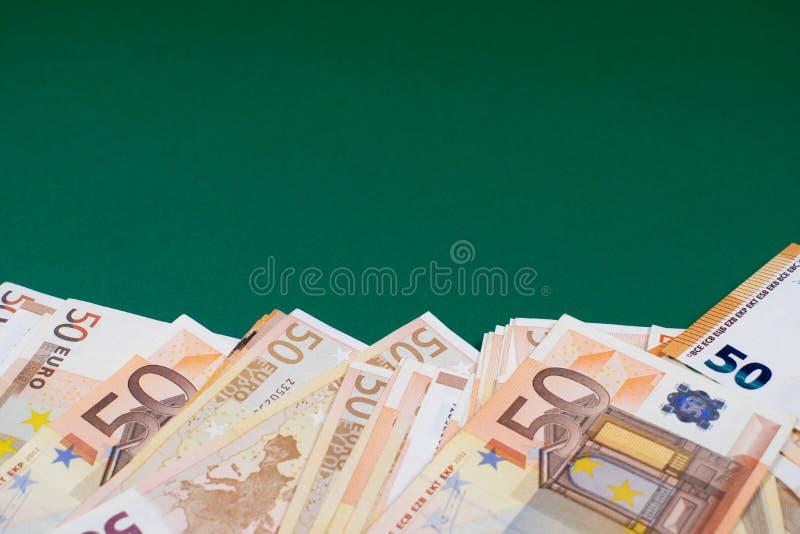 Cinq??nta euro- notas no fundo verde fotos de stock royalty free