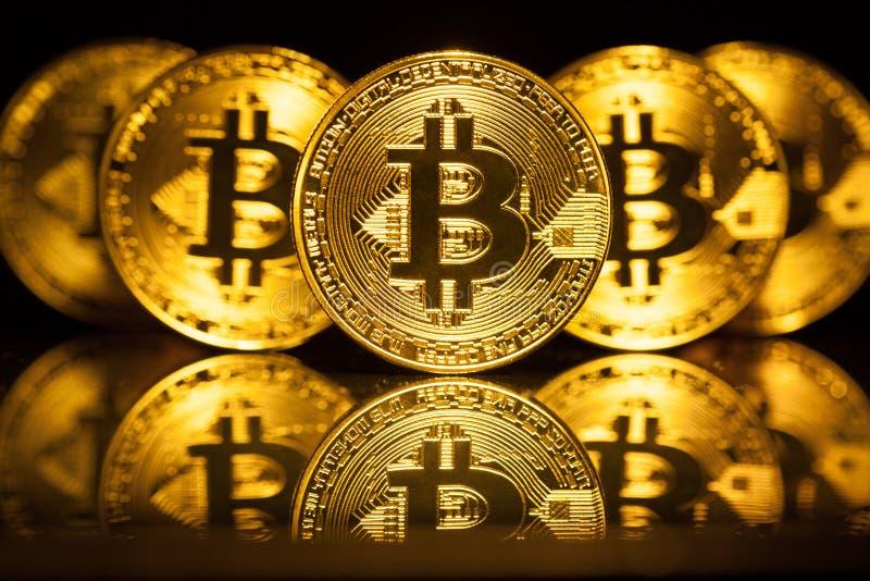 Cinq pièces de monnaie virtuelles Bitcoins photographie stock