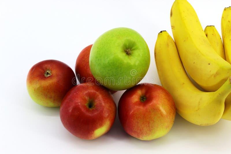 Cinq pommes et quatre bananes placées sur un fond blanc photos libres de droits