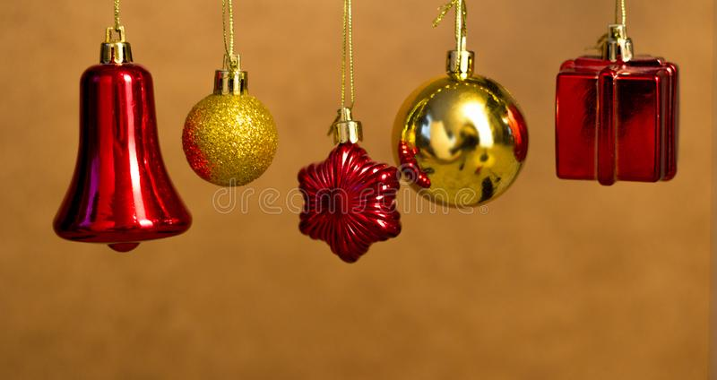 Cinq rouges et Noël d'or joue accrocher sur un fond en bois photos stock