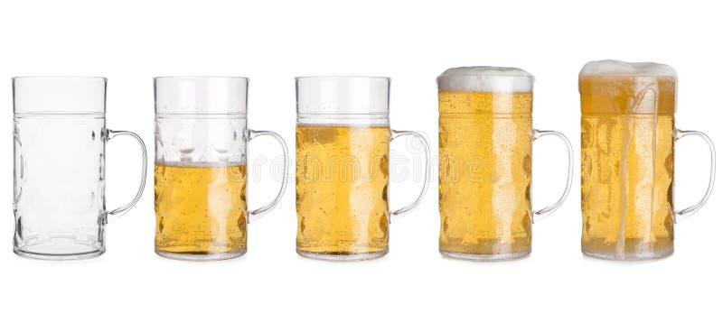 Cinq tasses en verre avec de la bière assortie de vide à complètement photographie stock libre de droits