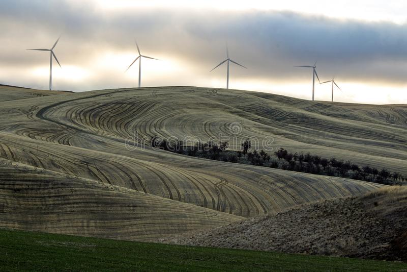 Cinq turbines de vent sous un ciel nuageux sur le Palouse, Washington State photographie stock