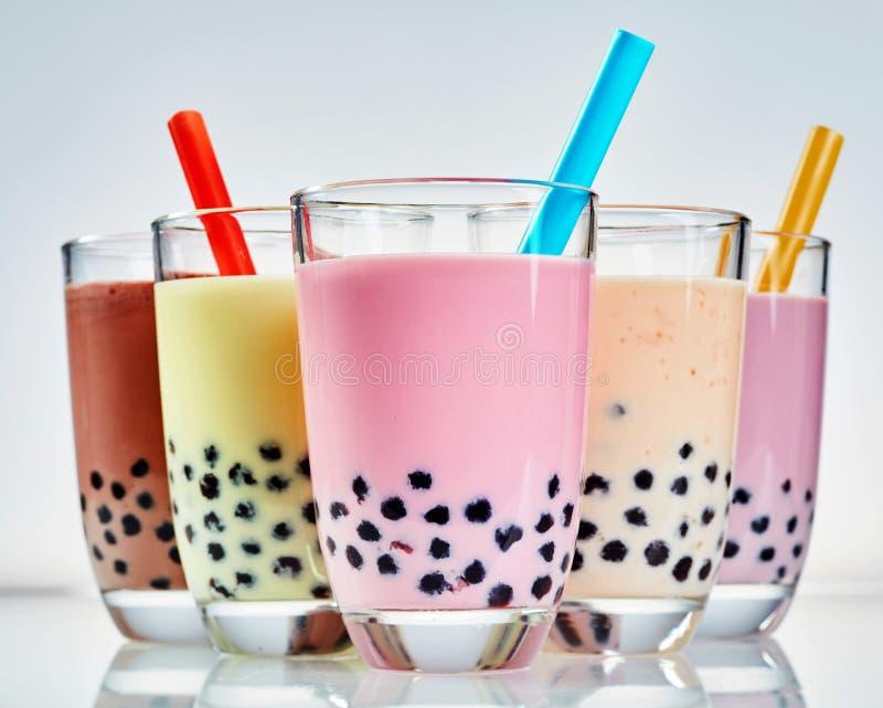 Cinq verres de thé laiteux sain de boba ou de bulle photographie stock libre de droits