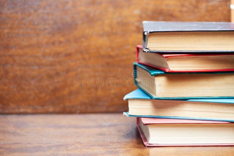 Cinq vieux livres sur la table photographie stock