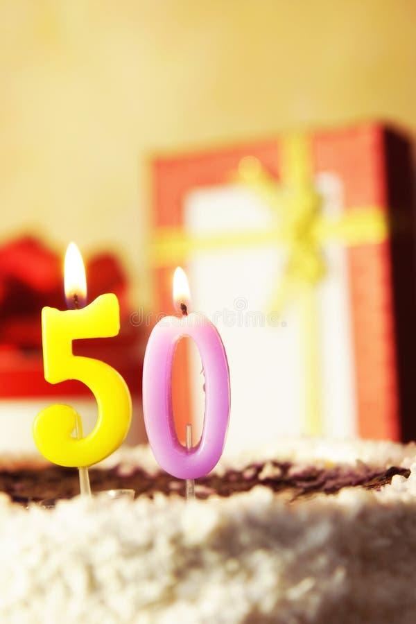 Cinquanta anni Torta di compleanno con le candele burning fotografia stock libera da diritti