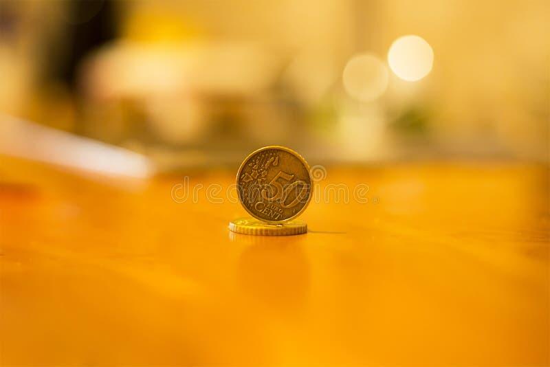 Cinquante euro cents inventent la pièce de monnaie d'or en valeur un bord sur la surface des autres pièces de monnaie photo stock