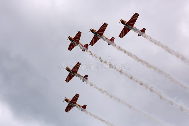 Cinque aerei eseguono un volo unito allo show aereo fotografia stock