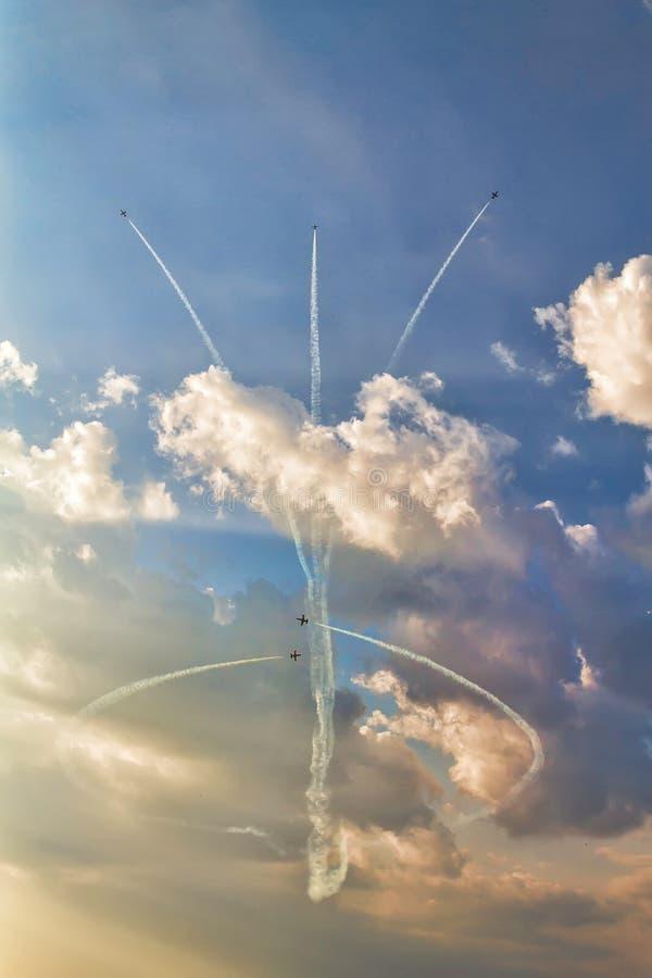 Cinque aeroplani nel cielo ad uno show aereo fotografie stock libere da diritti