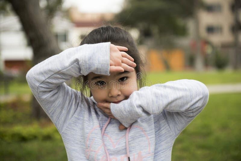 Cinque anni della ragazza lunga dei capelli che posa all'aperto fotografie stock