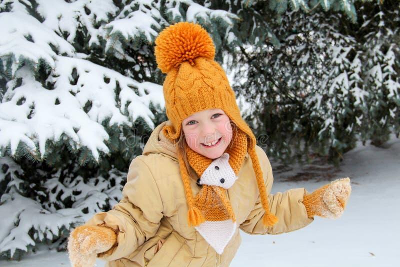 Cinque anni di ragazza vicino all'albero di abete innevato fotografie stock
