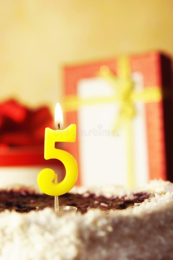 Cinque anni Torta di compleanno con la candela burning immagine stock