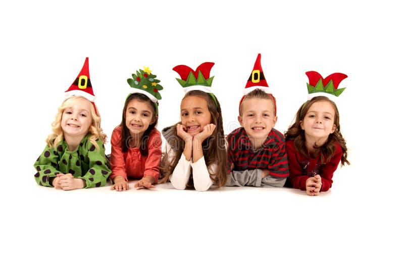 Cinque bambini nell'indicazione sciocca dei cappelli di natale immagine stock libera da diritti
