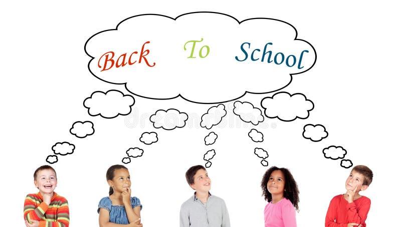 Cinque bambini pensierosi che pensano circa immagine stock