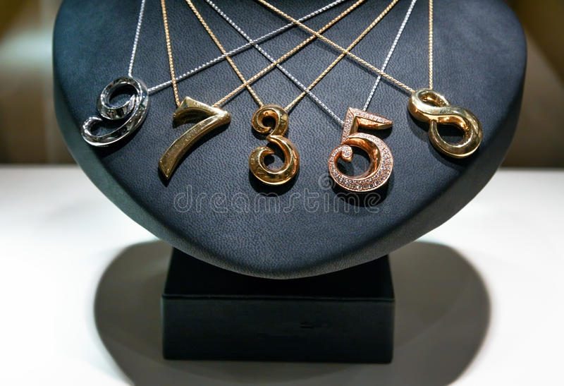 Cinque collane fatte di oro bianco, giallo e rosa fotografia stock libera da diritti