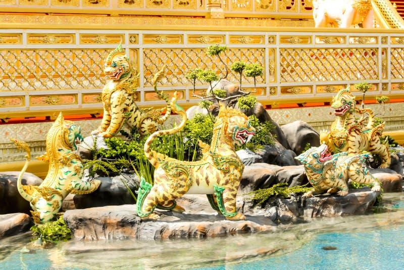 Cinque creature di Myhtical nella foresta di Himavanta decorata intorno al crematorio reale il 4 novembre 2017 fotografie stock libere da diritti